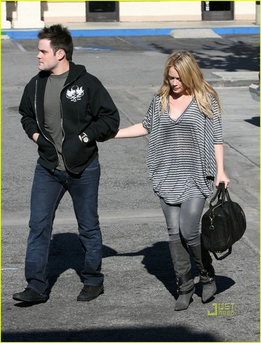Hilary Duff & Mike Comrie fondo de pantalla probably with a calle and long trousers called Hilary Duff & Mike Comrie