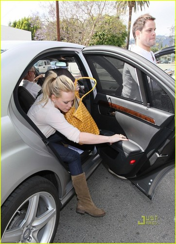 Hilary Duff & Mike Comrie پیپر وال probably with an automobile called Hilary Duff & Mike Comrie