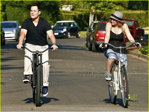 Hilary Duff & Mike Comrie fond d'écran probably with a aller à vélo and a bicycle titled Hilary Duff & Mike Comrie