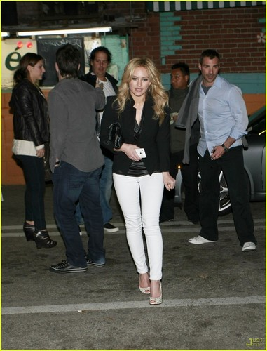 Hilary Duff & Mike Comrie پیپر وال with a business suit titled Hilary Duff & Mike Comrie