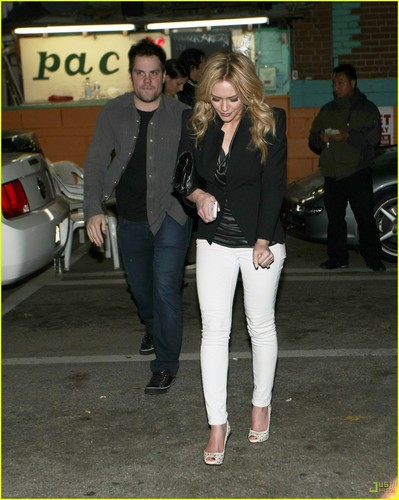 Hilary Duff & Mike Comrie দেওয়ালপত্র with a business suit, a well dressed person, and a রাস্তা called Hilary Duff & Mike Comrie