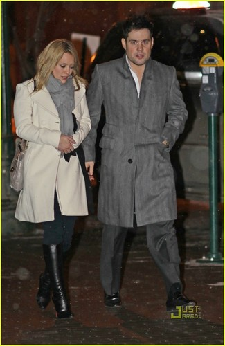 Hilary Duff & Mike Comrie 바탕화면 possibly with a business suit, a well dressed person, and a trench 코트 called Hilary Duff & Mike Comrie