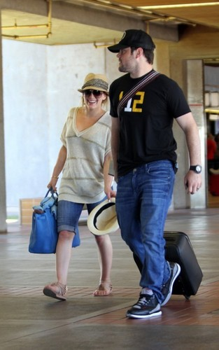 Hilary Duff & Mike Comrie 바탕화면 possibly containing a hip boot called Hilary & Mike