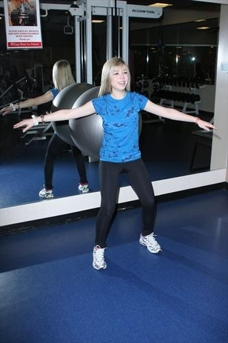 Jennette McCurdy Обои called Iceskating 2009