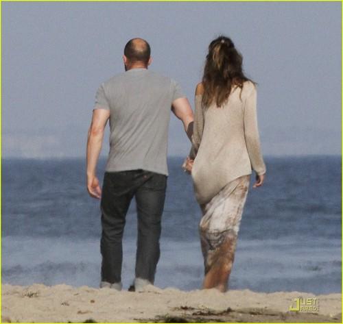 Jason Statham: Sandy समुद्र तट Stroll