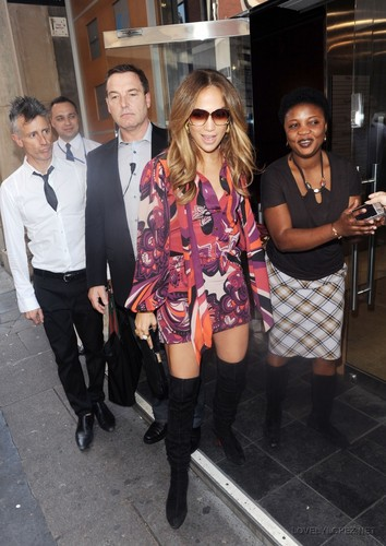 Jennifer - Arriving to the Total KISS Fm radio Studio - June 13, 2011