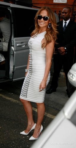 Jennifer - Back at her Hotel after Allan Carr دکھائیں - June 13, 2011