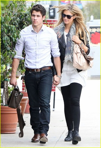 Nick Jonas & Delta Goodrem: Holding Hands at Henry's Hat (06.12.2011) !!!