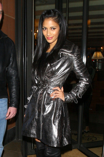 Nicole Scherzinger poses up for photographers while leaving C ロンドン restaurant in Mayfair