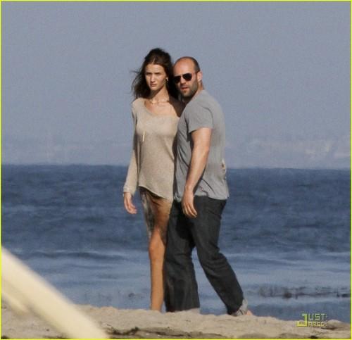 Rosie Huntington-Whiteley & Jason Statham: Sandy de praia, praia Stroll