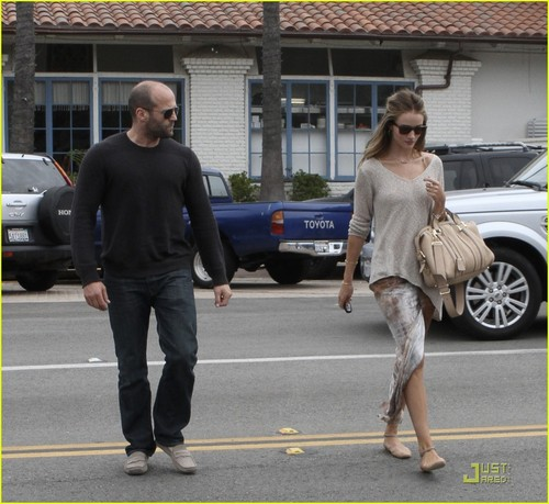 Rosie Huntington-Whiteley & Jason Statham: Sandy tabing-dagat Stroll