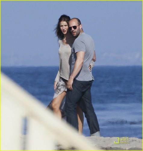 Rosie Huntington-Whiteley & Jason Statham: Sandy spiaggia Stroll