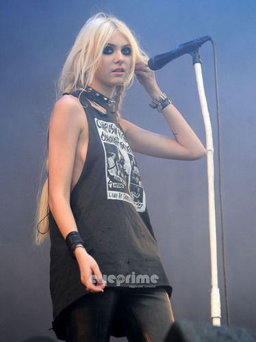Taylor Momsen karatasi la kupamba ukuta titled Taylor Momsen performs during 2011 Download Festival in the UK, Jun 12