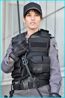 Amy Jo Johnson achtergrond containing a rifleman, a green beret, and vermoeienissen titled amy jo johson