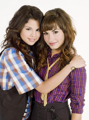 Selena Gomez et Demi Lovato fond d'écran possibly with a a volé, étole and an outerwear called selena and demi