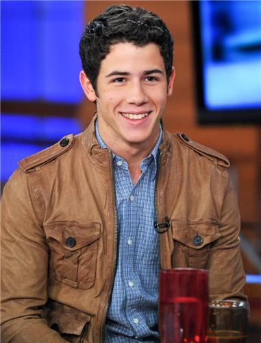 Nick Jonas wallpaper probably with a green beret, fatigues, and battle dress called  Nick no programa de TV Good Day