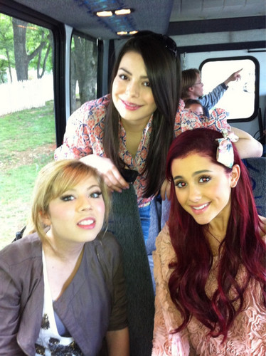 Ariana with vrienden