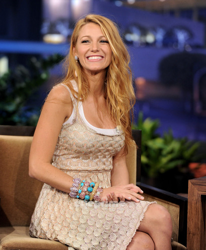 Blake Lively appears on The Tonight toon With vlaamse gaai, jay Leno, June 15