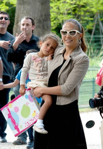 Jennifer - Spending a 日 off in Paris with her kids - June 16, 2011