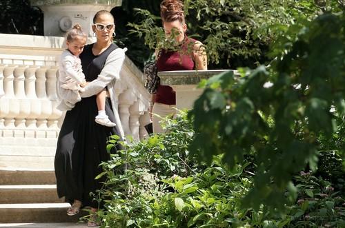 Jennifer - Spending a siku off in Paris with her kids - June 16, 2011