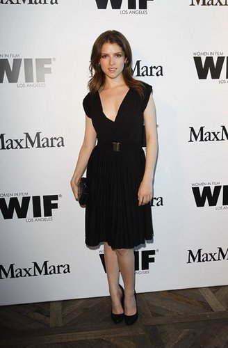 New fotos of Anna Kendrick at Vanity Fair Max Mara cena