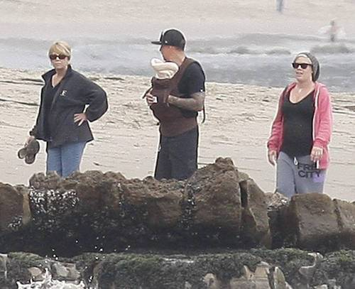 P!nk & Carey & Judy Moore with Willow on spiaggia (June 12)