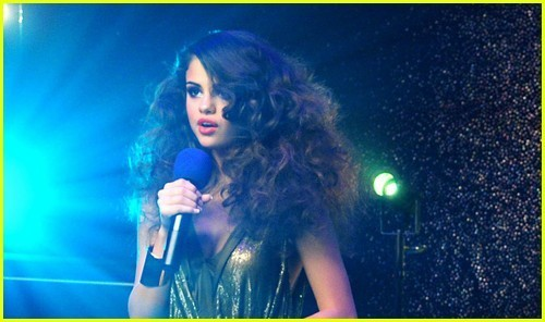 http://images4.fanpop.com/image/photos/22900000/Selena-Gomez-Loves-You-Like-A-Love-Song-selena-gomez-22978818-500-296.jpg