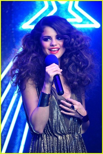 http://images4.fanpop.com/image/photos/22900000/Selena-Gomez-Loves-You-Like-A-Love-Song-selena-gomez-22978820-335-500.jpg