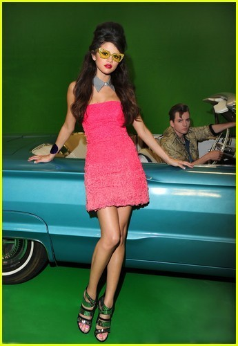 http://images4.fanpop.com/image/photos/22900000/Selena-Gomez-Loves-You-Like-A-Love-Song-selena-gomez-22978821-345-500.jpg