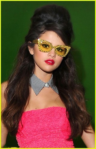 http://images4.fanpop.com/image/photos/22900000/Selena-Gomez-Loves-You-Like-A-Love-Song-selena-gomez-22978827-321-500.jpg