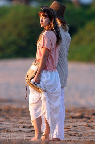 Takes a sunset walk on the pantai in Maui, Hawaii [June 14, 2011]