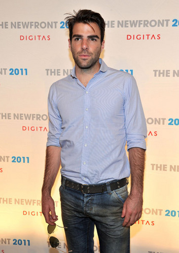 Zachary Quinto Hintergrund with a sign called The 2011 NewFront Conference