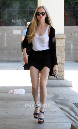 Amanda Seyfried shops at CVS before heading to the WB Studios in L.A, Jun 20