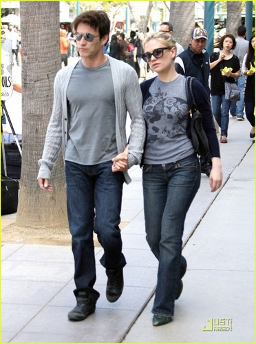 Anna Paquin & Stephen Moyer: Hand Holding Hotties!