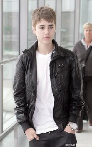 Aww JB IS SO HOT!