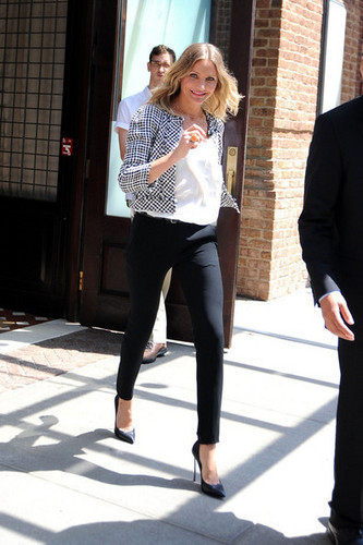 "Cameron Diaz strides out of her New York hotel to head to an appearance on the ""Late ipakita """
