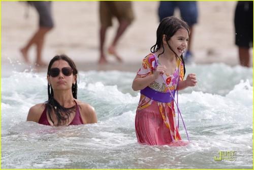 Katie Holmes & Suri Cruise: Miami pantai Babes!