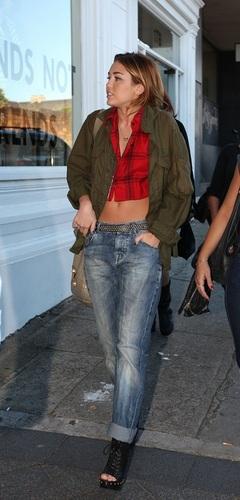 Miley - Shopping in 牛津, 牛津大学 街, 街道 in Sydney, Australia [19th June 2011]