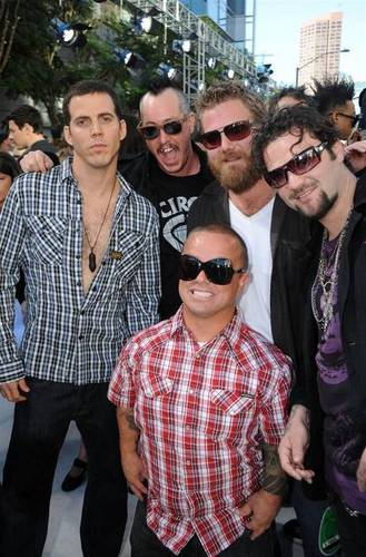 Ryan Dunn 壁纸 with sunglasses entitled Ryan Dunn with the JackassCrew