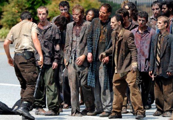 The Walking Dead [ Todo sobre la serie ] The-Walking-Dead-Season-2-Set-Photos-June-21st-the-walking-dead-23071924-595-411