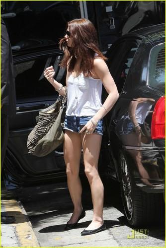 Ashley Greene: Short Shorts litrato Shoot