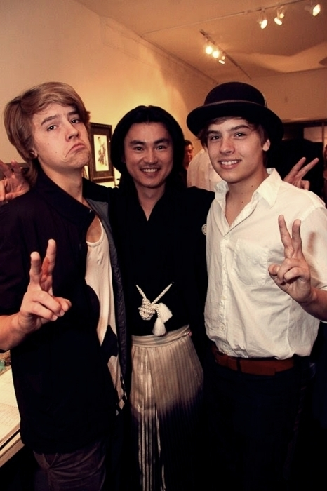 """Dylan and Cole Sprouse foto's At """"Fashion For Japan""""!!"""