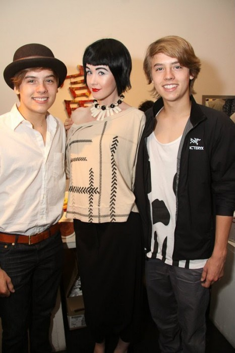 """Dylan and Cole Sprouse चित्रो At """"Fashion For Japan""""!!"""