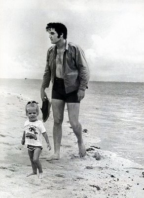 Elvis and Lisa in the de praia, praia