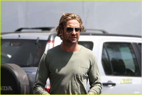 Gerard Butler wallpaper possibly with an automobile and a ski rack entitled Gerard Butler: Castaway Studios Stop