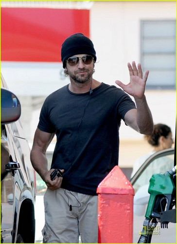 Gerard Butler: Gas Station Stud - gerard-butler Photo