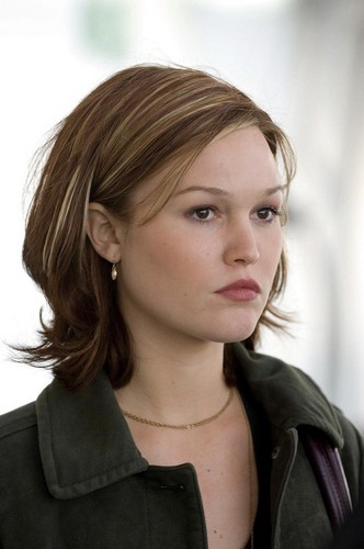 Julia Stiles wallpaper containing a portrait called Julia
