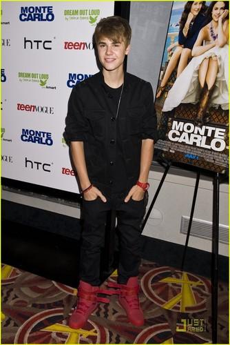 Justin Bieber: Selena Gazing!