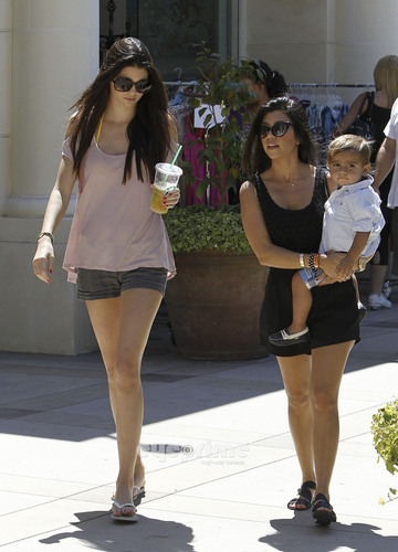 Kendall Jenner enjoys a 日 at the Mall in Calabasas, June 25