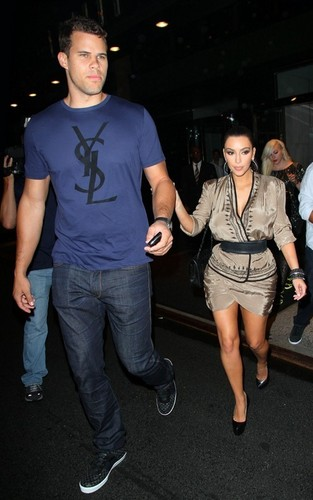 Kim Kardashian and Kris Humphries out for bữa tối, bữa ăn tối at the Waverly Inn in NYC (June 24).